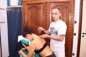 Espalhando óleo de massagem no pescoço e ombros antes de fazer a massagem, óleos essenciais, feito na Itália, o aquecimento, relaxando