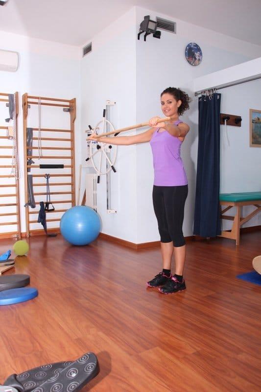 Exercícios posturais com bastão, exercícios para o pescoço, ombros, costas, pélve, joelhos, fortalecimento, alongamento, postura, dor, dor nas costas, dor de garganta, dor nas costas, escoliose, corretiva, deformidades da coluna vertebral, fisioterapia e reabilitação, fitball, academia