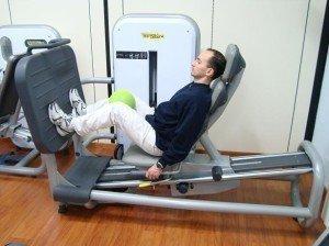 exercício na academia , leg press, perna, reforço, recuperação, inflamação, sinotmas, o tratamento, cuidado, corrida, osteopatia, fisioterapia e reabilitação, esportes, peso, cálcio, saltos, suporte, passo, caminhada, muletas