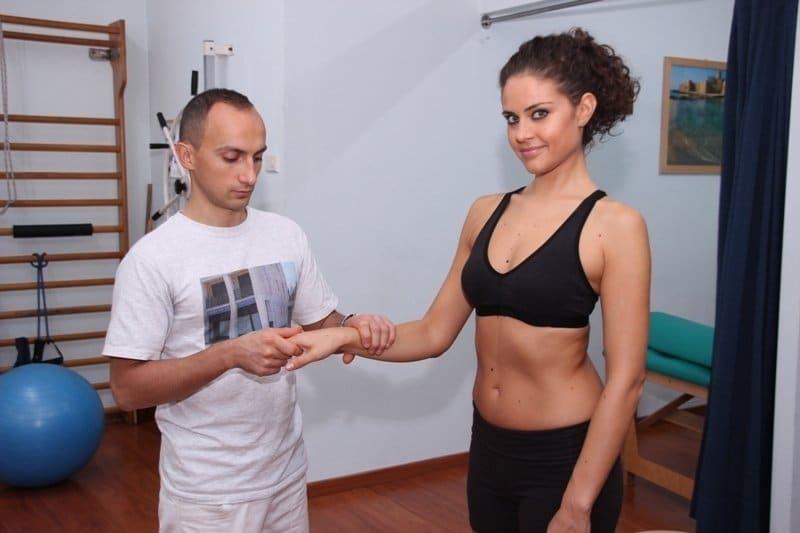 mobilização da mão para a reabilitação após uma lesão ou um hematoma