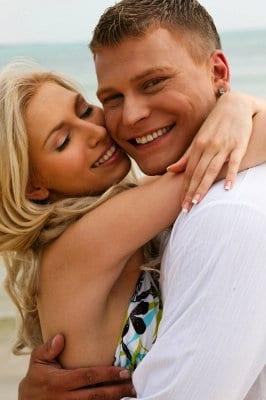casal, abraço, jovens, doenças venéreas,
