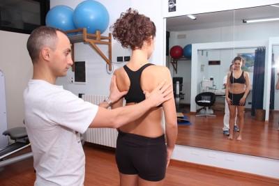 Exame do nível da escápula e ombro, dor, inflamação.