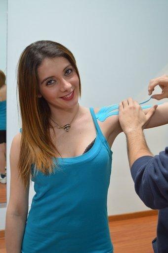 Aplicación, kinesio, taping, hombro, pegar, comprimir, dolore,tendinite