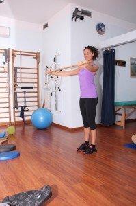 Gimnasia postural con bastón, ejercicios por cuello, hombros, espalda, espalda, presa, rodillas, refuerzo, stretching, postura, dolor, lombalgia, cervicalgia, rachialgia, escoliosis, correctivo, deformidad raquis, fisioterapia y rehabilitación, fitball, gimnasio