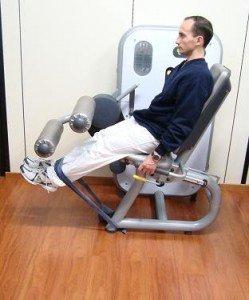 Ejercicio en el gimnasio, extensión de piernas, muslo, refuerzo, recuperación, inflamación