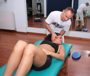 manipulación del cuello, vértebras, limitación funcional, inflamación, dolor, los síntomas, dolor, fisioterapia y rehabilitación, edema