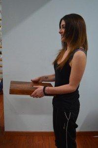 Postura, correcta, espalda, cuelga, objeto, de pie, mal, dolor, torcimiento, piernas, rodillas, músculos
