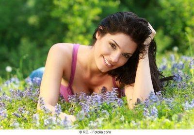 mujer, bella, morena, prado, flores