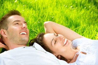 pareja, joven, sonriente, prado